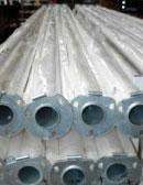 Stapel GFK-Masten in der Produktion